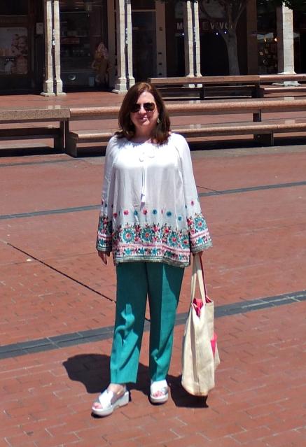 Blusón blanco bordado pantalón verde 2
